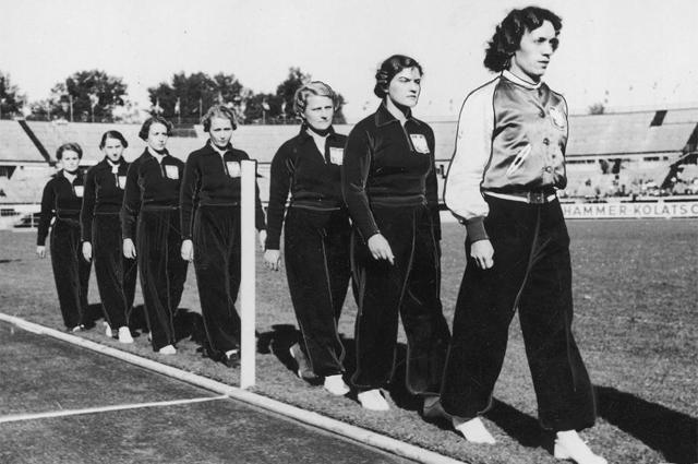Польская сборная по легкой атлетике на Чемпионате Европы 1938 г. Станислава Валасевич на снимке крайняя слева.