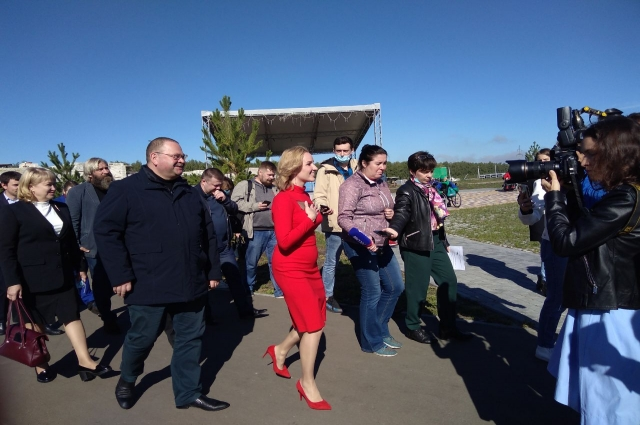 Мария Львова-Белова (в середине) показывает новые объекты в арт-поместье врио губернатору Пензенкой области Олегу Мельниченко