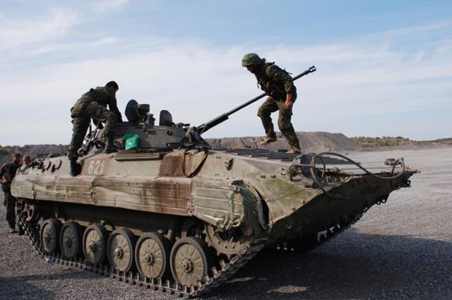 Ополченцы Донецкой народной республики (ДНР) на БМП в Старобешевском районе Донецкой области