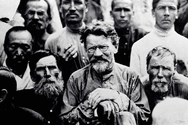Председатель ЦИК СССР Михаил Калинин с крестьянами села Михайловка