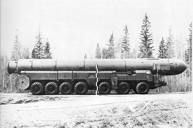 Мобильная пусковая установка 15У128 с ракетой в ТПК из состава ПГРК 15П158.1 Тополь-1