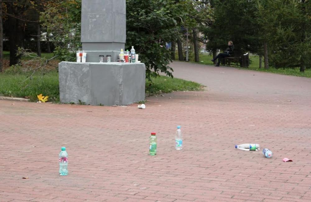 Вход на площадку был заказан не только с алкоголем, но даже с пластиковыми бутылками с газировкой и пакетами сока. Всё оставалось «за бортом». Но попытка сфотографировать этот забавный питьевой натюрморт встретила неожиданное сопротивление некоторых организаторов.