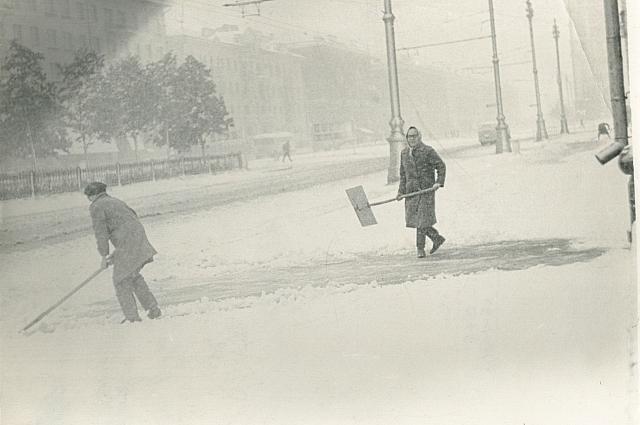 Раннее утро 3 июня 1967 г. Идёт уборка тротуаров от снега.