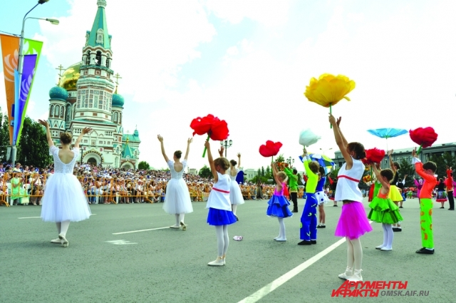 Тысячи омичей пришли на Соборную площадь в День города.