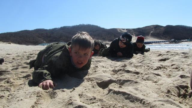 По-пластунски.  Мальчишки осваивают азы армейской службы
