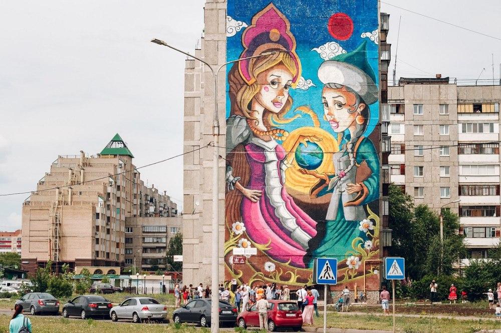 Польские художники изобразили на многоэтажке пару в национальных костюмах.