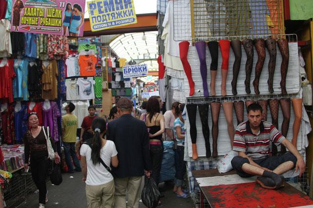 Торговля на Черкизовском вещевом рынке в Москве, 2009 г.