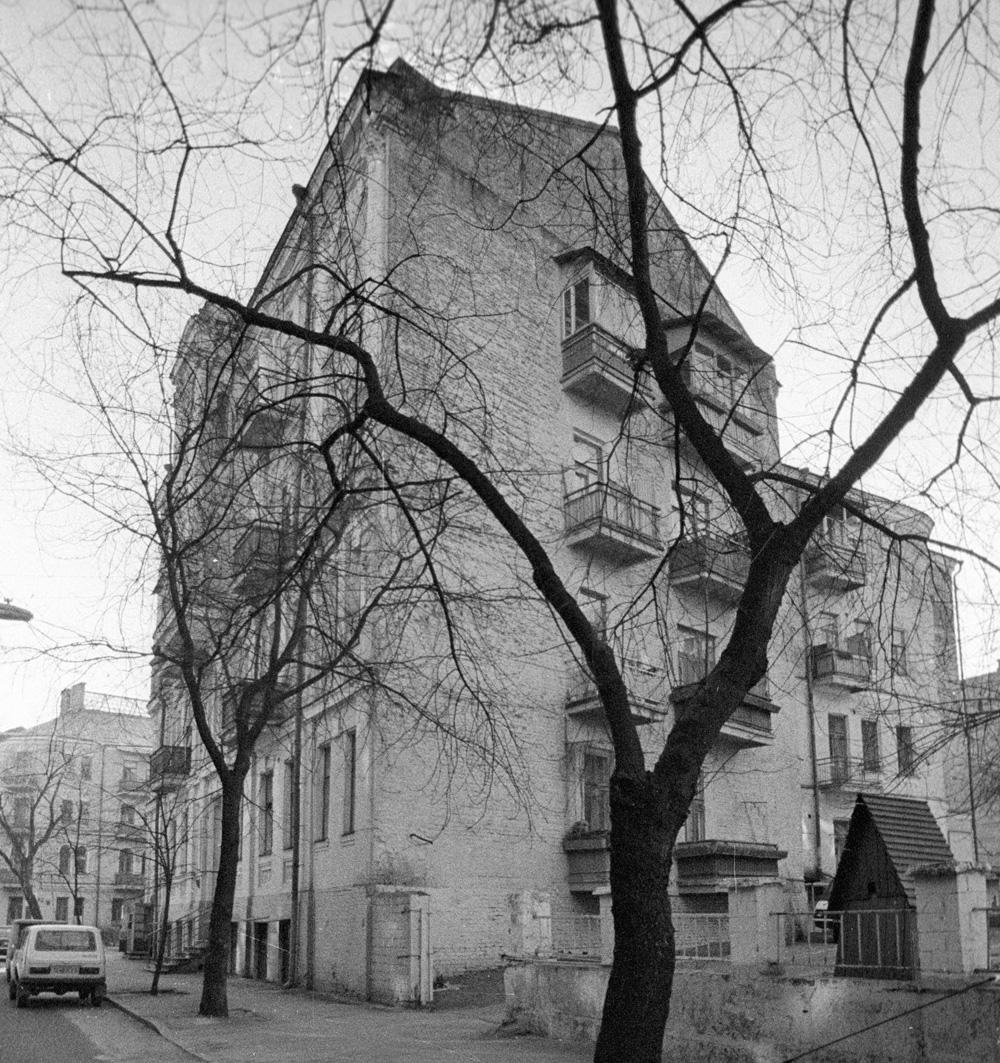 Доме № 13 по улице Рейтарской в Киеве, где в 1913 - 1917 г. г. жил Михаил Булгаков и его жена Татьяна Лаппа.