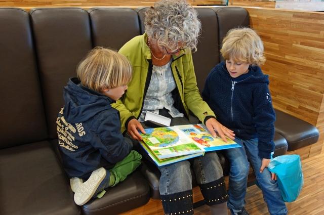 Если ребенку поручить какую-то обязанность вуходе за бабушкой, это позитивно скажется на его становлении, на формировании личностных ценностей.