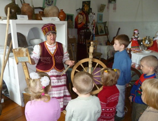 В мордовский музей любят приходить местные дети. Там и песни мордовские и петь, и плясать, и прясть научат.