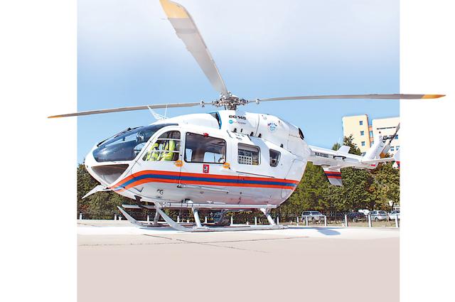 Вертолёт - полноценный реанимобиль с разнообразным набором техники.