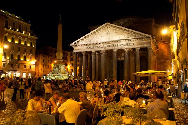 Рим. Ресторан на площади у Пантеона.