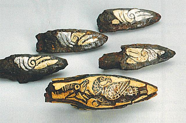 Железные наконечники стрел с узором из золота и серебра.
