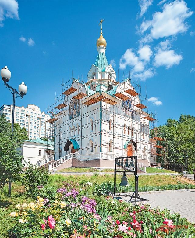 За цветниками и всей зеленью вокруг храма следят сами прихожане. Интересная общественная жизнь – одна из важных идей программы «Мой район».