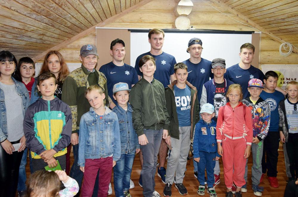 Хоккеисты «Адмирала» и их юные поклонники из Хасанского района.