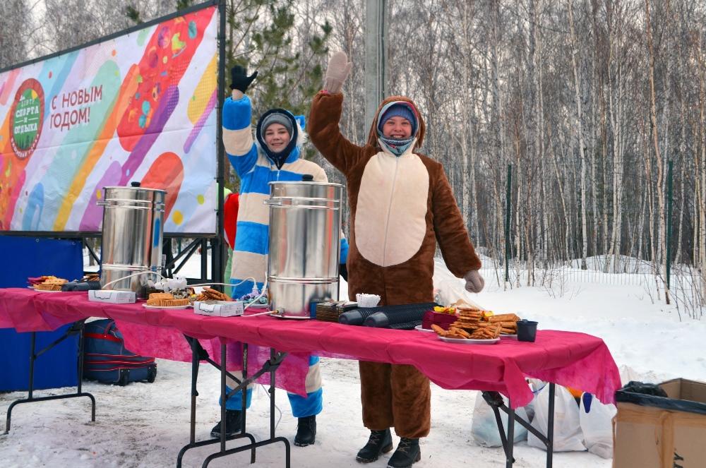 Всех гостей ждали сладости и горячий чай.