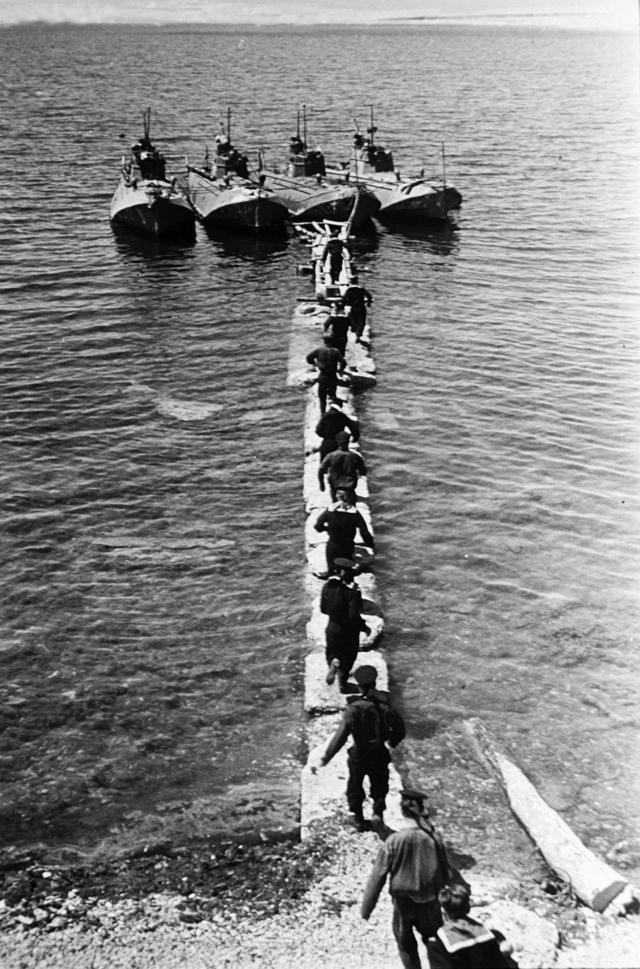 Моряки советских торпедных катеров Черноморского флота готовятся к отправке в район Новороссийска.