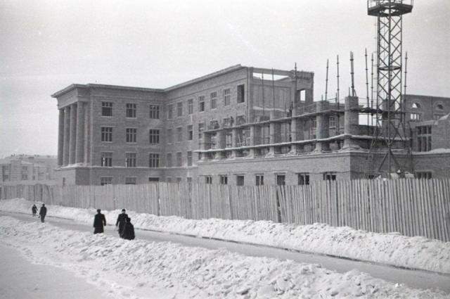 Строительство Автодорожного техникума (ныне Автодорожный колледж) на Ленина, 91 в 1934 году.