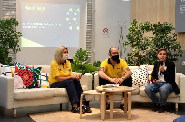 Сотрудники IKEA и Гузель Санджапова (справа). Подушки на диванах— в чехлах из коллекции, созданной в Малом Турыше.
