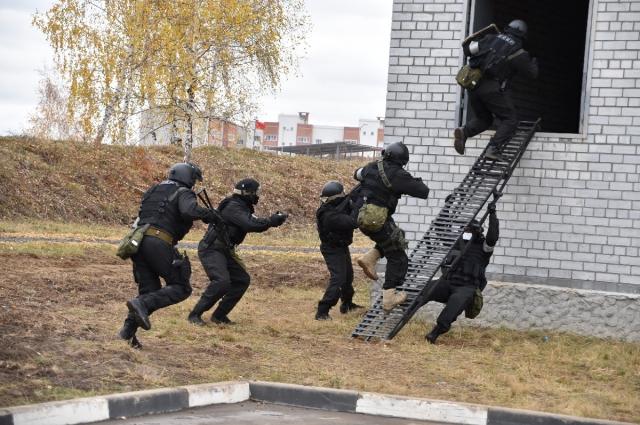 Бойцы СОБР отрабатывают тактику действий при штурме здания