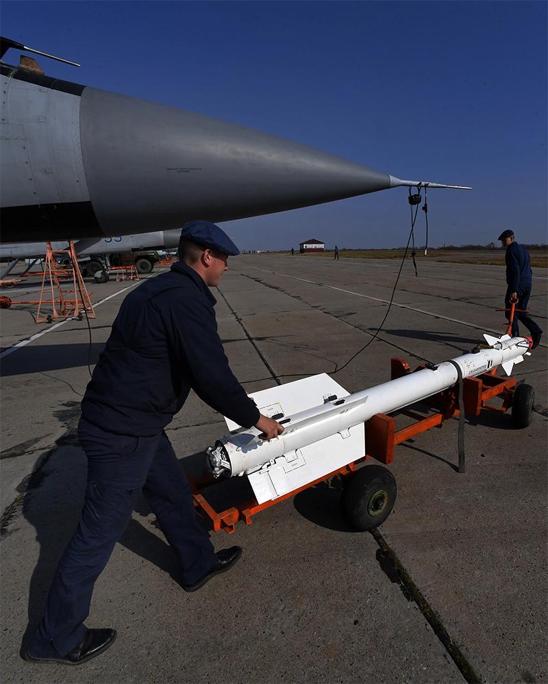 Техники транспортируют управляемою ракету класса воздух-воздух малого радиуса действия Р-73 для установки на многоцелевой истребитель МиГ-31.