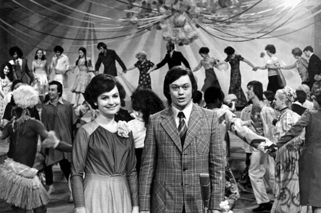 Татьяна Судец и Николай Караченцов ведут Голубой огонек на Центральном телевидении. 1977 год