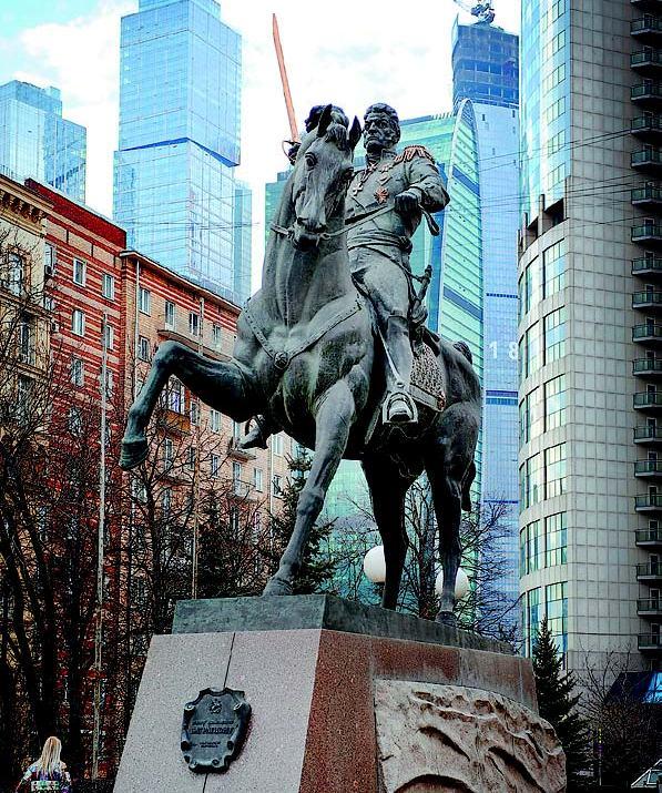 Памятник Багратиону - в хайтек-антураже
