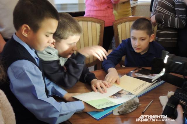 В Оренбурге презентовали тактильную книгу «Оренбургский пуховый платок».