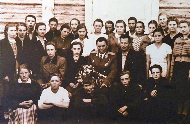 Петр Гаврилов на встрече со школьниками с.Пестрецы. 1965 год