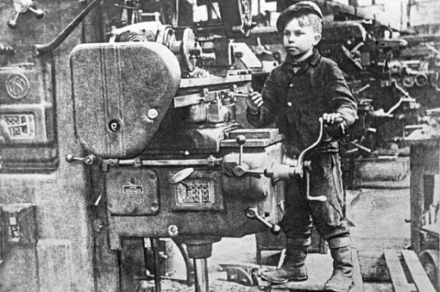 Совсем юным мальчишкам пришлось встать к станкам.
