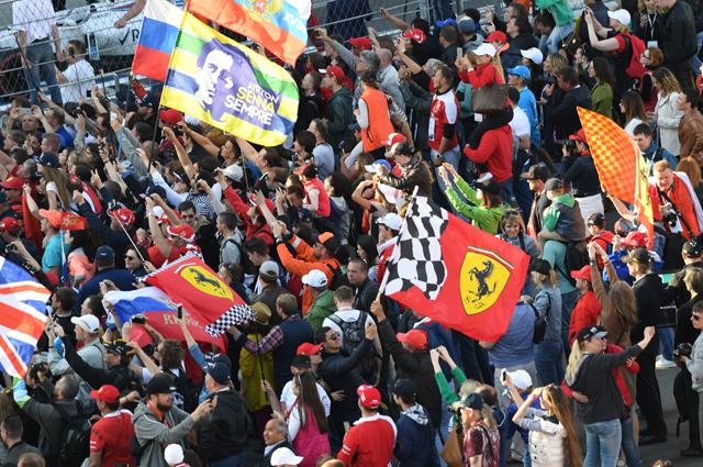 Болельщики вовремя гонки нароссийском этапе чемпионата мира покольцевым автогонкам вклассе «Формула-1».