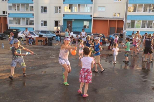 В детской летней забаве приняли участие несколько десятков малышей и взрослых.