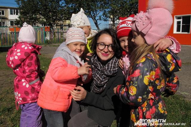 Педагог и дети говорят на одном языке.