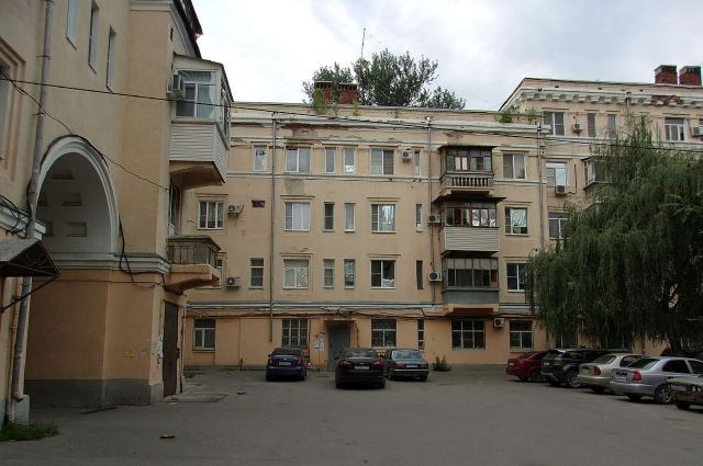 Подъезд дома в Новочеркасске, где семья Чикатило проживала к моменту его ареста (ул. Гвардейская, д. 36).