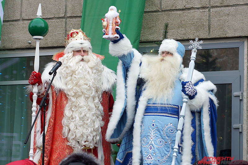 Главный волшебник страны в торжественной обстановке передал новогодний символ пермскому Деду морозу.