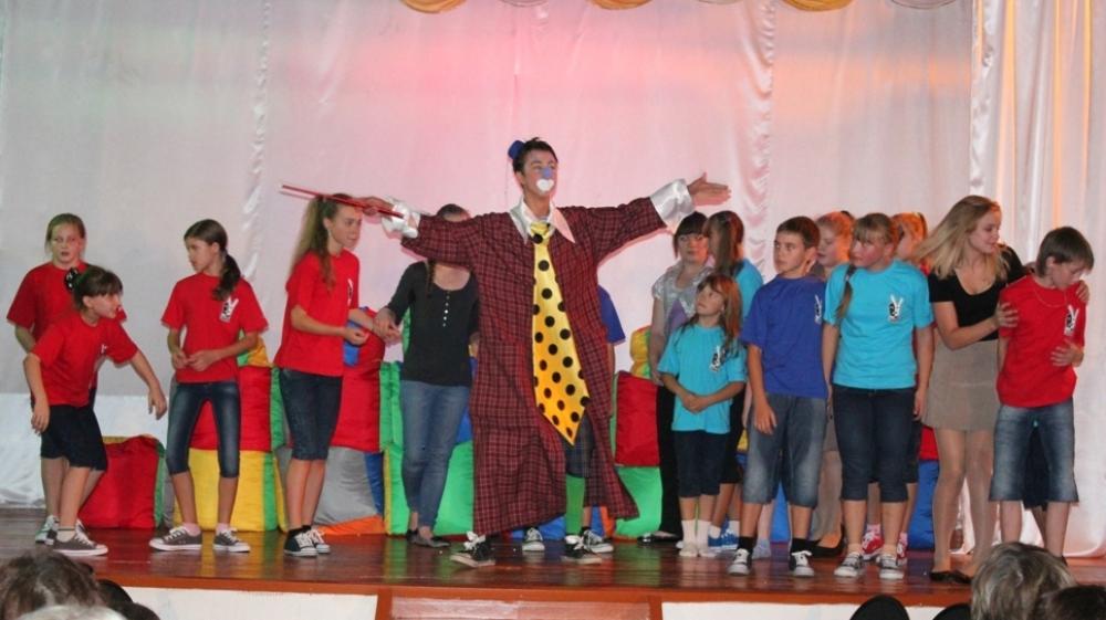 Этот спектакль «Праздник непослушания» в 2012 году стал дебютной работой детского театра-студии «Респект», который был организован в Карабаше по инициативе Русской медной компании.