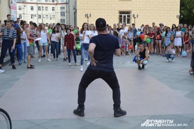 Больше всего молодежи собрала площадка с уличными танцами.