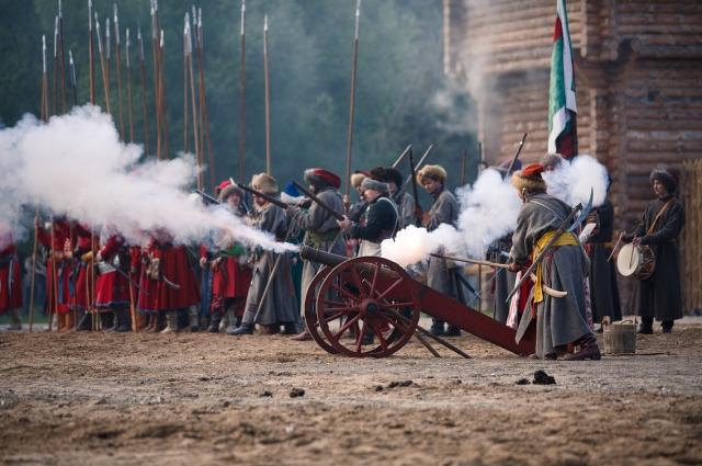 Пушки бьют так сильно, что все поле накрывает дымом.