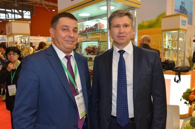 Первый заместитель директора Департамента региональных продаж «Гомсельмаш» Игорь Короткевич и генеральный директор «Брянсксель- маш» Валерий Сулеев.