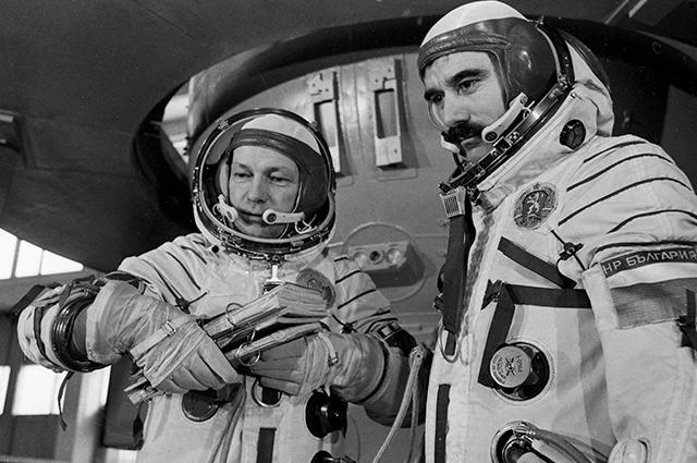 Члены международного экипажа космического корабля «Союз-33»— Николай Рукавишников (слева) икосмонавт-исследователь НРБ  Георгий Иванов (справа) перед тренировкой.