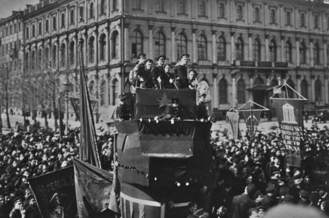 Исаакиевская площадь находилась в самой гуще революционных событий.