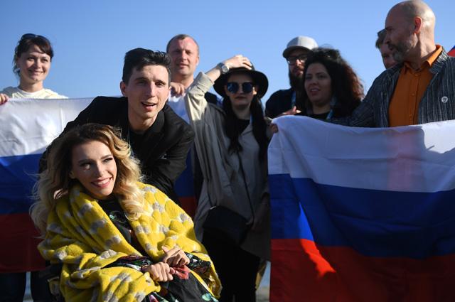 Юлия Самойлова и её супруг, музыкант Алексей Таран во время встречи с фанатами перед началом своего выступления в фан-зоне конкурса «Евровидение-2018» в Лиссабоне.