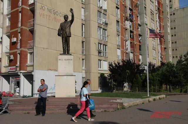 В руке у бронзового Клинтона, стоящего на одном из бульваров Приштины, - документ о начале военной операции в Югославии.