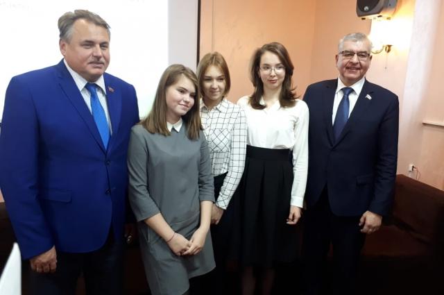 Депутаты поделились своим опытом с молодыми лидерами.
