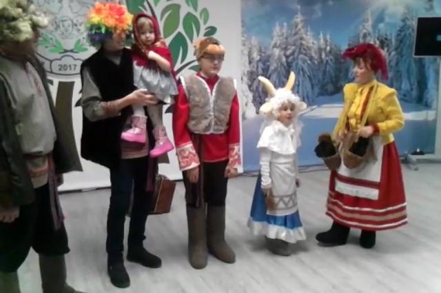 Краевой конкурс «Лучшая многодетная семья 2017 года». Останины, представляя Кочёвский муниципальный район, выступают в номинации «Семейные традиции» и показывают Рождественские колядки.