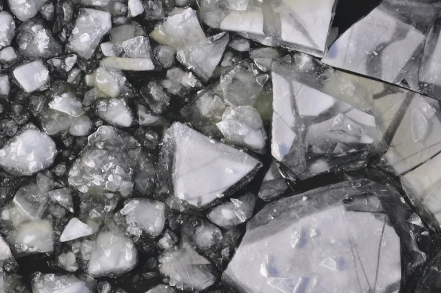 Даже глубокой зимой можно провалиться под лёд.