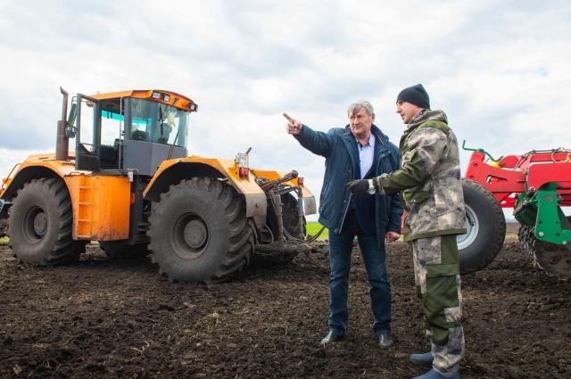 Алексей Медынцев (слева) и Иван Дедов решают, где ещё предстоит дисковать почву на полях.