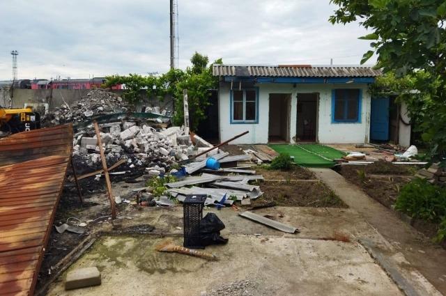 Незаконные постройки в процессе сноса.