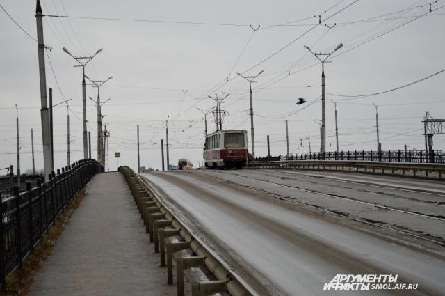 Трамвайные пути на спуске к вокзалу - в удручающем состоянии.