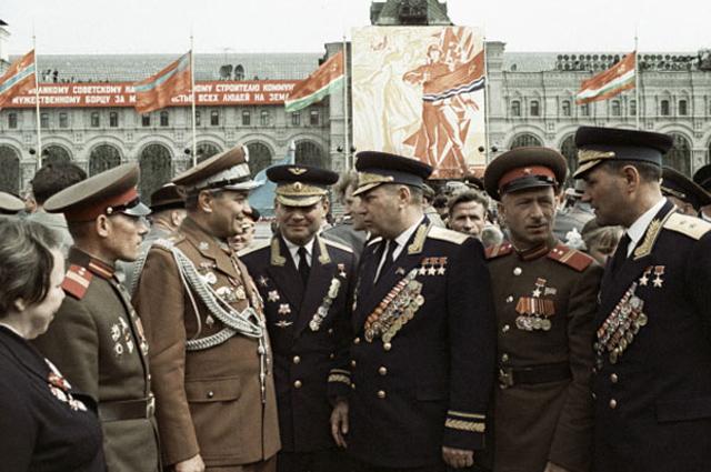 Александр Покрышкин (в центре) беседует с ветеранами ВОВ, 9 мая 1965 года.